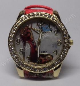 Moteriškas laikrodis su bateliu ir drugeliu ciferblate - ciferblatas iš arčiau