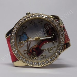 Moteriškas laikrodis su bateliu ir drugeliu ciferblate - ciferblatas iš arčiau ant šono