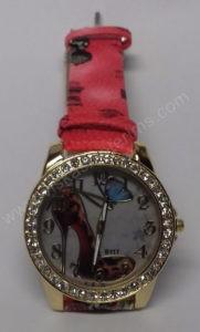 Moteriškas laikrodis su bateliu ir drugeliu ciferblate - ciferblatas ir dirželis iš arčiau