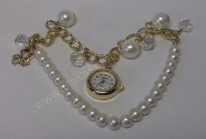 Moteriškas laikrodis-pakabukas ant apyrankės iš grandinėlės ir dirbtinių perliukų