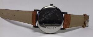 Vyriškas laikrodis juodu ciferblatu aukso spalvos ir rudu dirželiu - iš galo