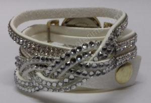 Moteriškas baltas laikrodis su medžiagine apyranke ir akmenukais - iš galo