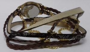 Moteriškas laikrodis ruda medžiagine apyranke - iš galo