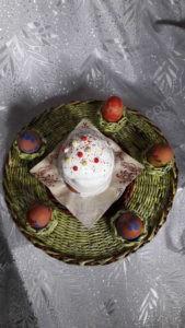 Vėlykinis padėklas dažytiems kiaušiniams ir pyragui - iš viršaus