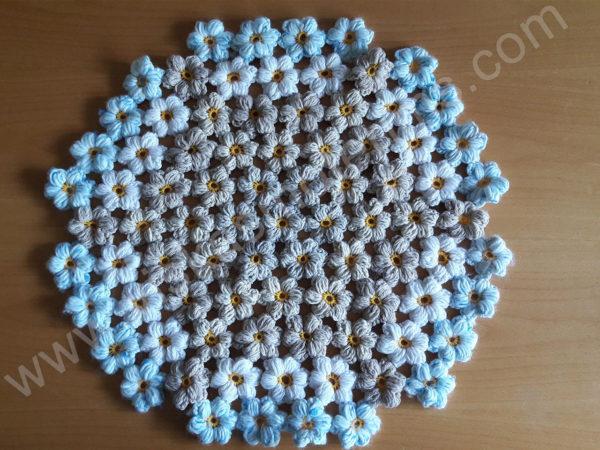 Pintas gultas gyvūnams su gėlėtu kilimėliu - megztas iš gėlyčių kilimėlis