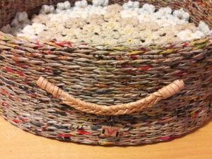 Pintas gultas gyvūnams su gėlėtu kilimėliu - iš šono su dekoru ir kilimėliu