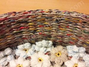 Pintas gultas gyvūnams su gėlėtu kilimėliu - iš arčiau sienelė ir kilimėlis