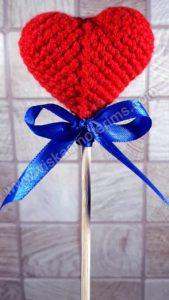 Nerta raudona širdelė ant pagaliuko su kaspinėliu - 01