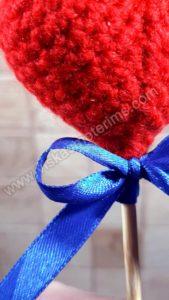 Nerta raudona širdelė ant pagaliuko su kaspinėliu - 03