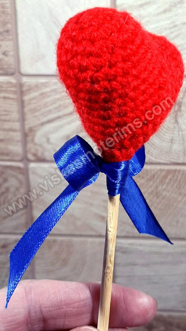 Nerta raudona širdelė ant pagaliuko su kaspinėliu - 04