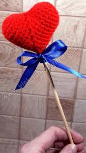 Nerta raudona širdelė ant pagaliuko su kaspinėliu - 05