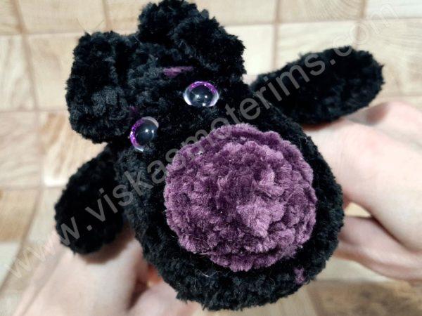 Nertas šuo Filiukas iš pliušinių juodos spalvos verpalų su violetine nosyte - 05