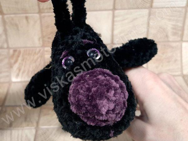 Nertas šuo Filiukas iš pliušinių juodos spalvos verpalų su violetine nosyte - 06