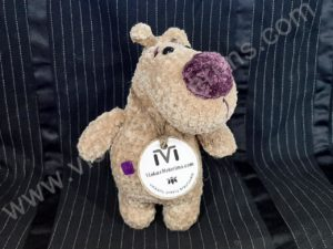 Nertas šuo Filiukas iš pliušinių kreminės spalvos verpalų su violetine nosyte - 01
