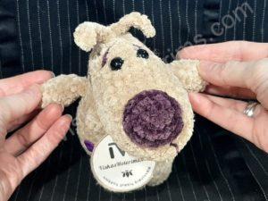 Nertas šuo Filiukas iš pliušinių kreminės spalvos verpalų su violetine nosyte - 02