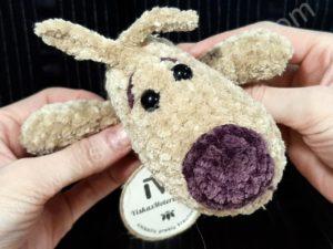 Nertas šuo Filiukas iš pliušinių kreminės spalvos verpalų su violetine nosyte - 05
