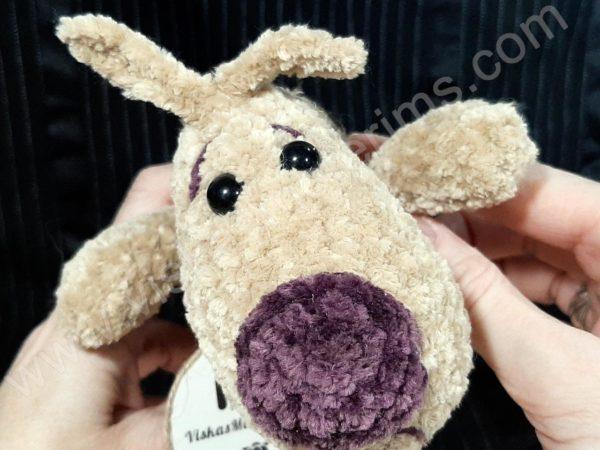 Nertas šuo Filiukas iš pliušinių kreminės spalvos verpalų su violetine nosyte - 08