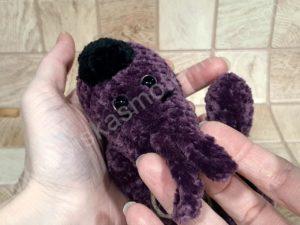 Nertas šuo Filiukas iš pliušinių violetinės spalvos verpalų su juoda nosyte - 05