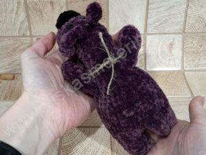 Nertas šuo Filiukas iš pliušinių violetinės spalvos verpalų su juoda nosyte - 06