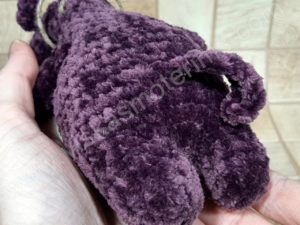 Nertas šuo Filiukas iš pliušinių violetinės spalvos verpalų su juoda nosyte - 09