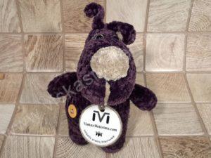 Nertas šuo Filiukas iš pliušinių violetinės spalvos verpalų su kremine nosyte - 01