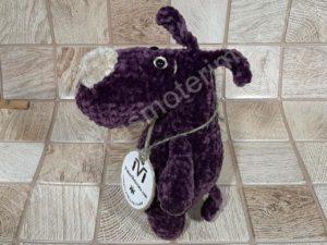 Nertas šuo Filiukas iš pliušinių violetinės spalvos verpalų su kremine nosyte - 02