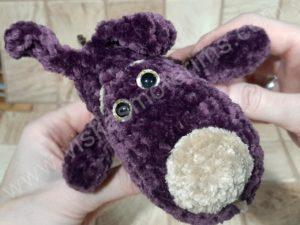 Nertas šuo Filiukas iš pliušinių violetinės spalvos verpalų su kremine nosyte - 04