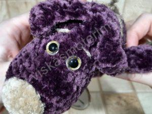 Nertas šuo Filiukas iš pliušinių violetinės spalvos verpalų su kremine nosyte - 05