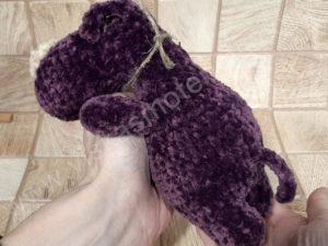 Nertas šuo Filiukas iš pliušinių violetinės spalvos verpalų su kremine nosyte - 07